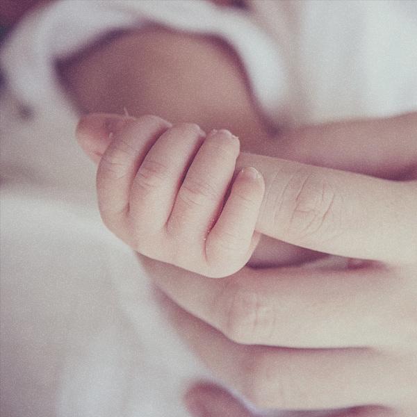 아기가 엄마의 손가락을 잡는 이미지